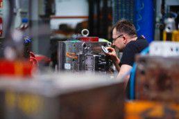 Doświadczony pracownik dokonuje inspekcji maszyny